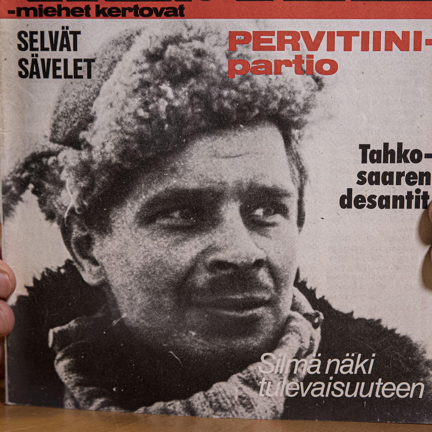 Mika Koivunen pitelee sormissaan Kansa taisteli -lehteä vuodelta 1978, jonka kannessa on hänen isänsä Aimo Koivusen kuva.