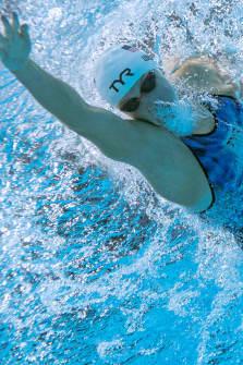 Veden alta otettu kuva Katie Ledeckystä, joka on vauhdissa 400 metrin vapaauinnin alkuerissä Tokion olympialaisissa.