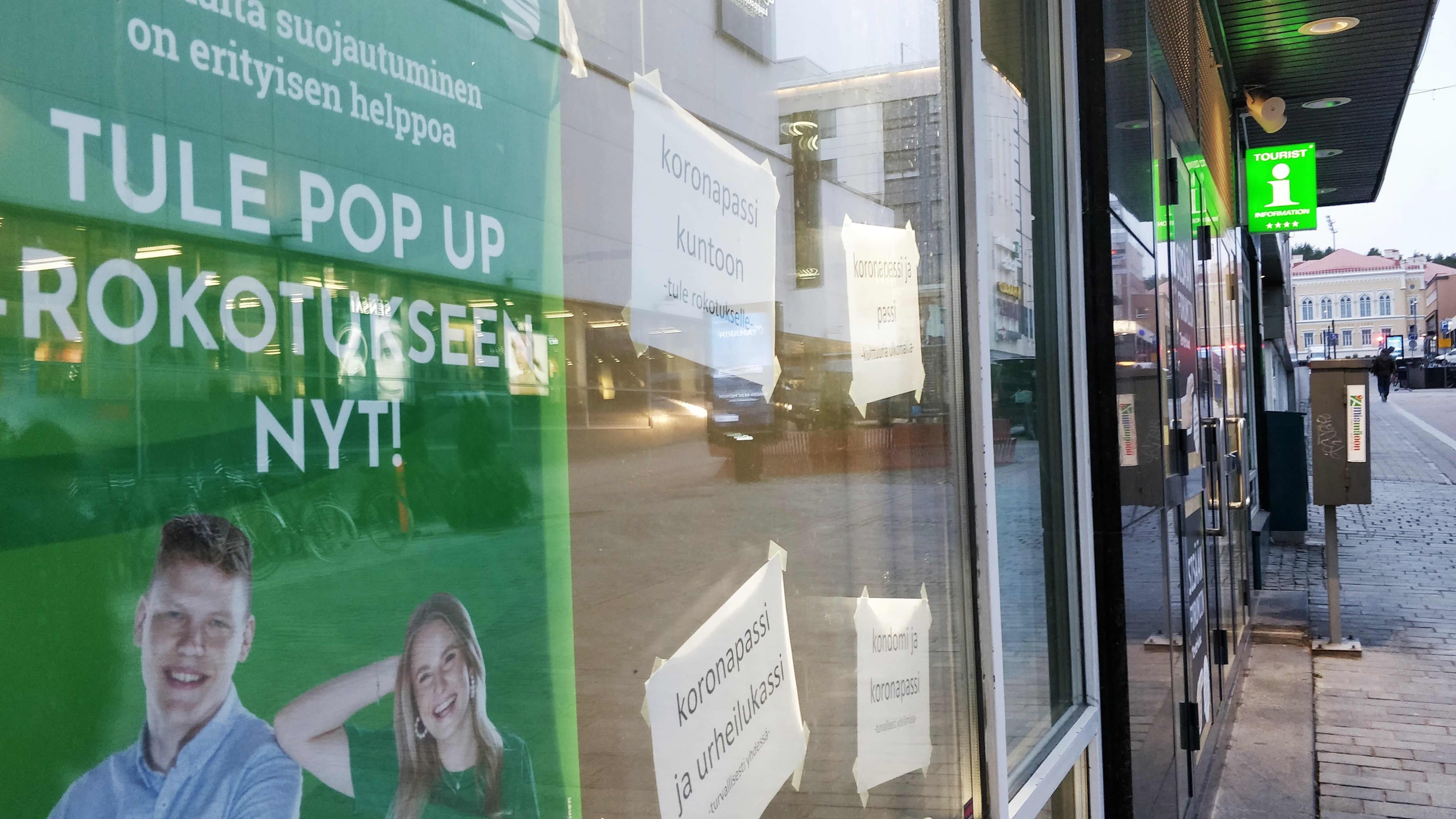 Pop up -koronarokotuksesta kertova juliste kauppakeskus Forumin ikkunassa Jyväskylän Asemakadulla.