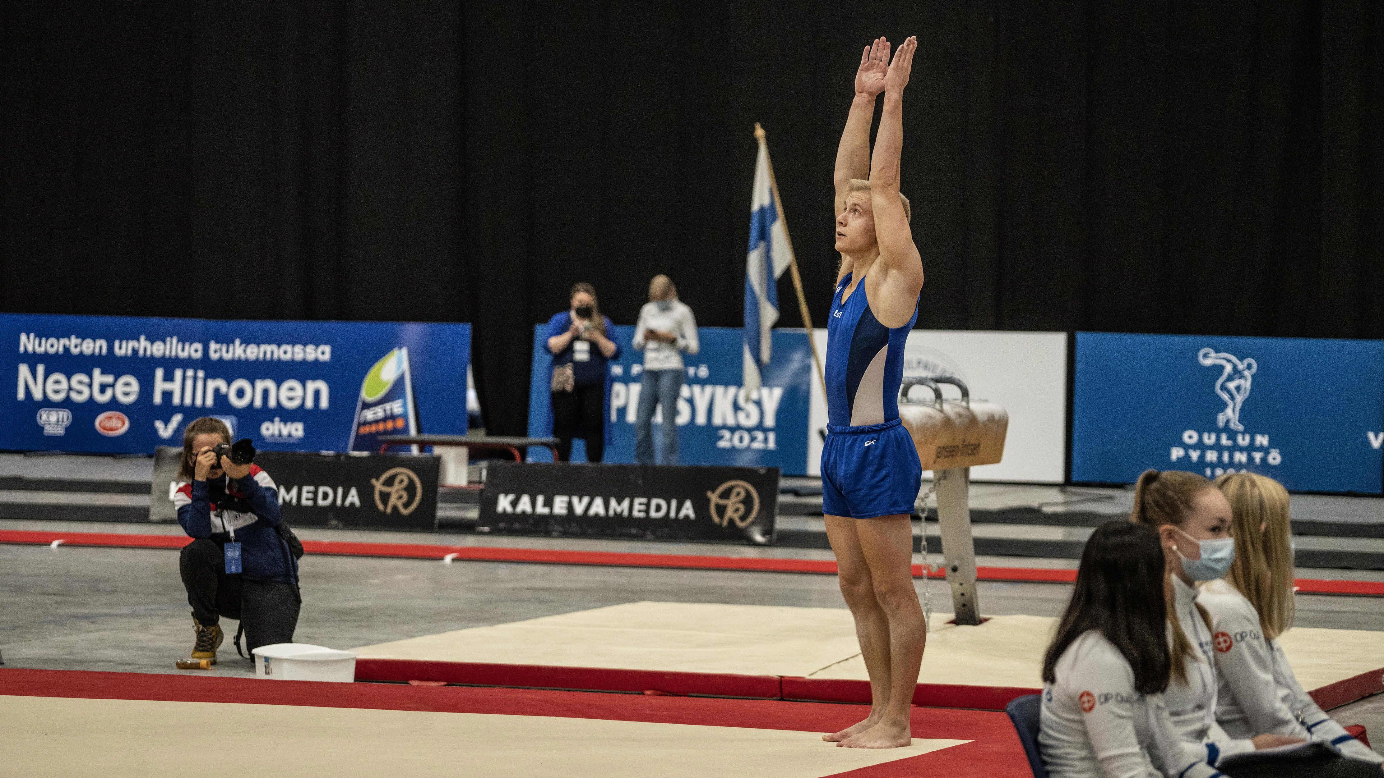 Emil Soravuo miesten permannon finaalissa telinevoimistelun SM-kilpailuiden telinefinaaleissa Oulussa 19. syyskuuta 2021.