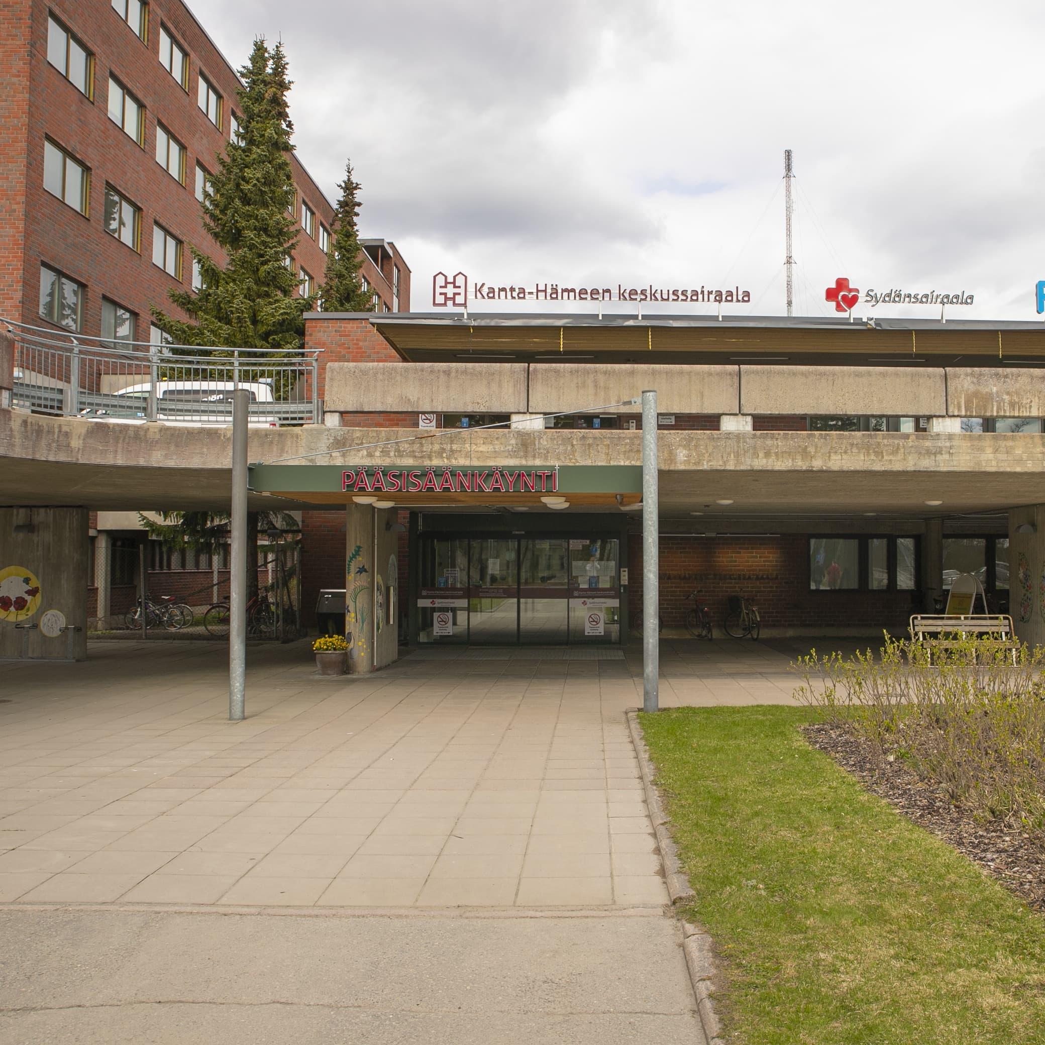 Kanta-Hämeen keskussairaalan pääsisäänkäynti.