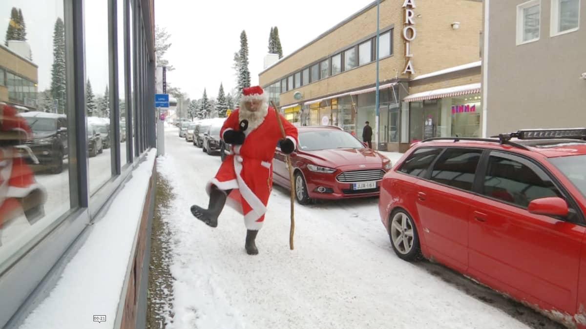 Joulupukki Kajaanin keskustan kadulla.