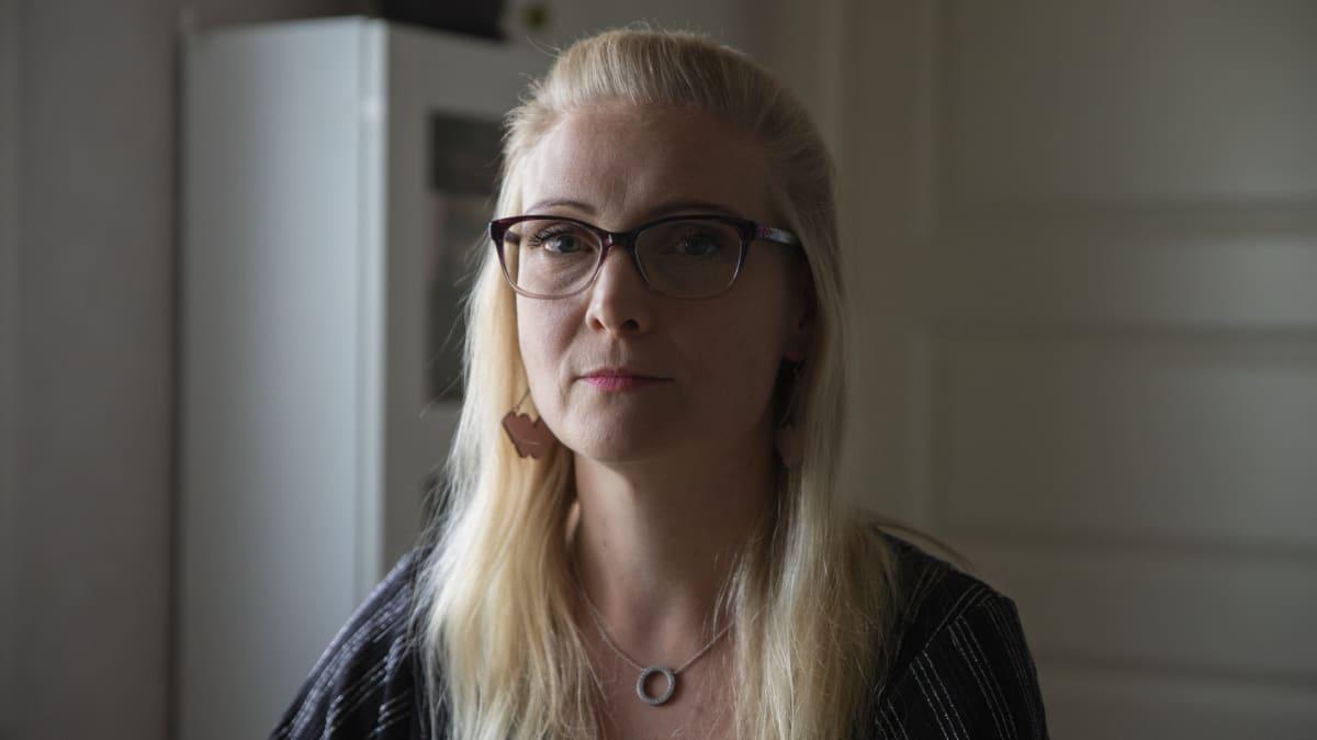 Tohtorikoulutettava Johanna Wiisak kotonaan.