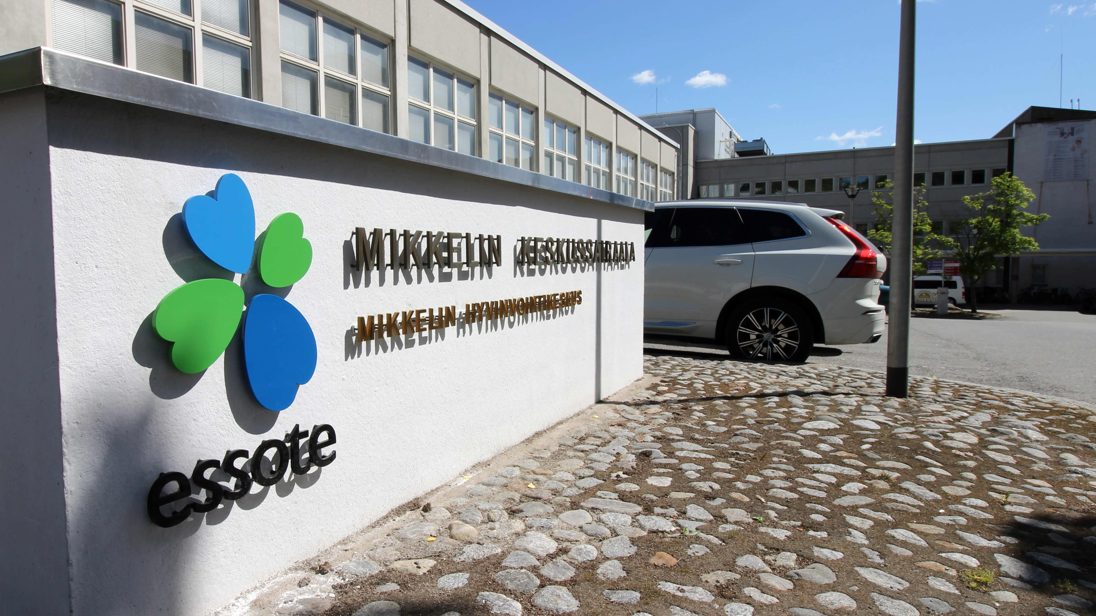 Mikkelin keskussairaalan kyltti sairaalan pihalla.