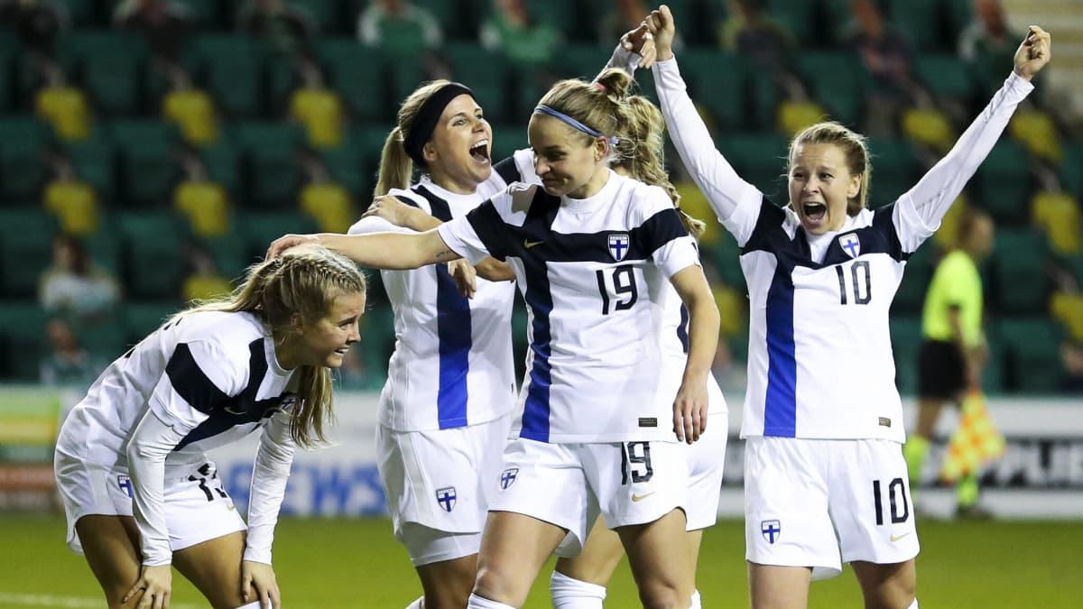 Finlands damlandslag jublar efter segrmålet mot Skottland.