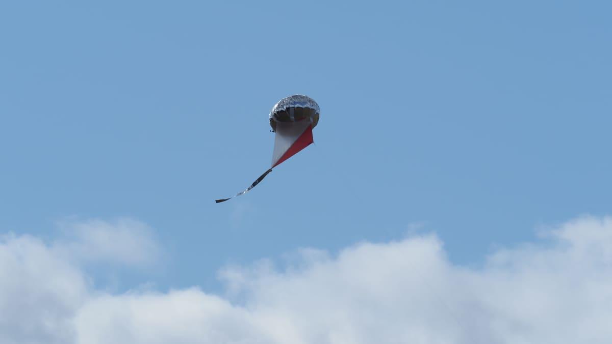 Lintujen karkotukseen käytettävä heliumpallo