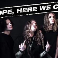 Blind Channelin matkasta kertova minidokumenttisarja alkaa ja kuvassa bändi poseeraa keskisormet pystyssä.