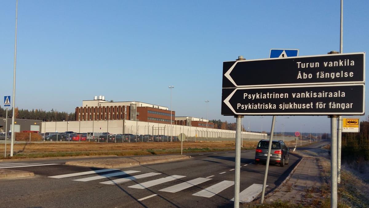 Turun vankilaan ja psykiatrisen vankisairaalan kyltit Turussa Saramäessä.