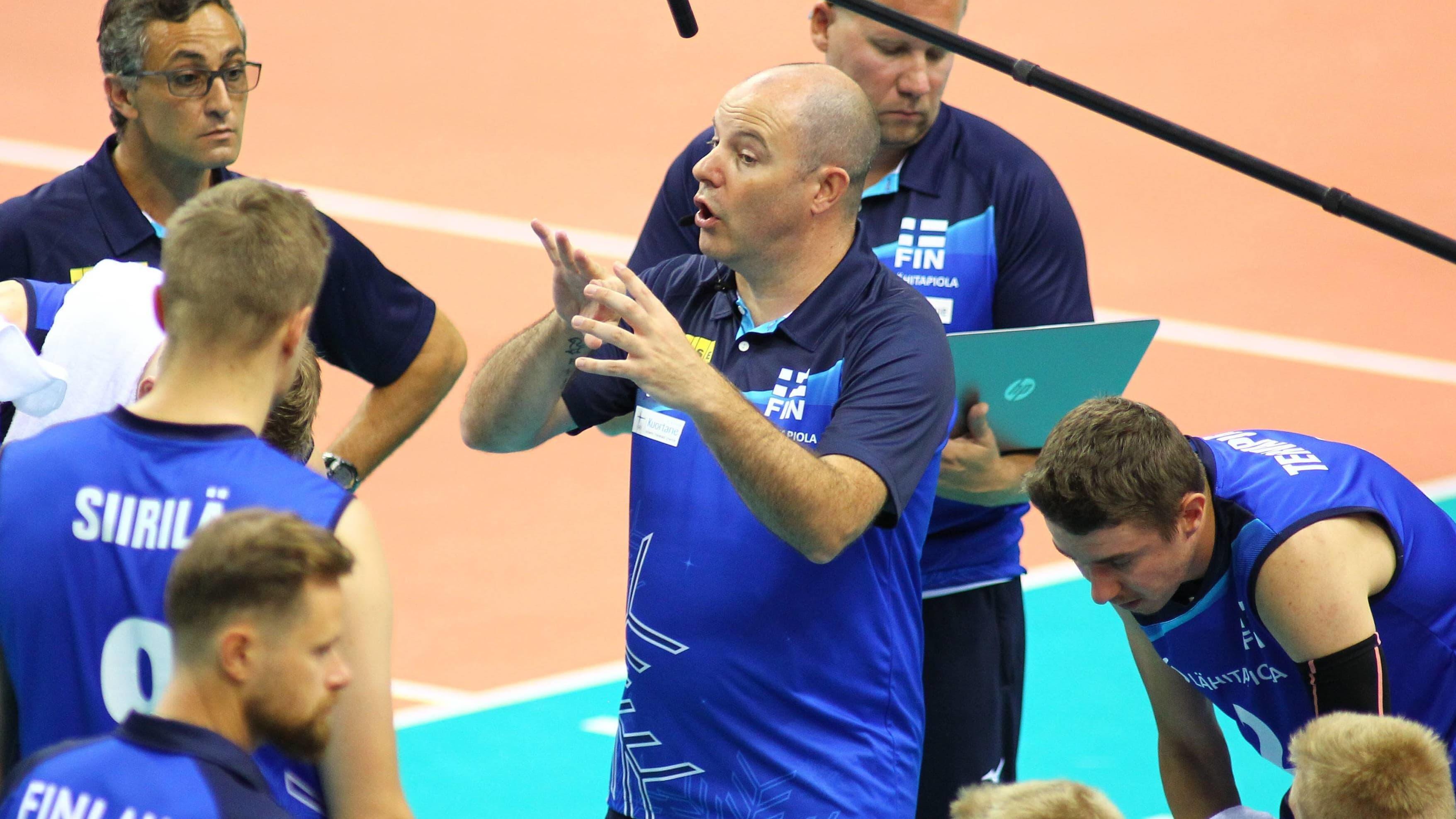 Joel Banks ger råd till spelarna.