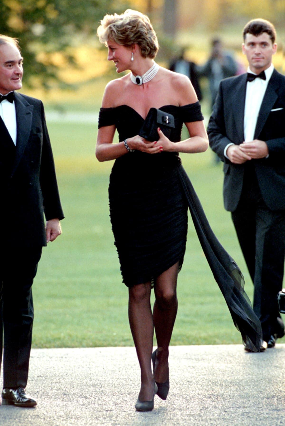 Prinsessa Diana mustassa mekossa.
