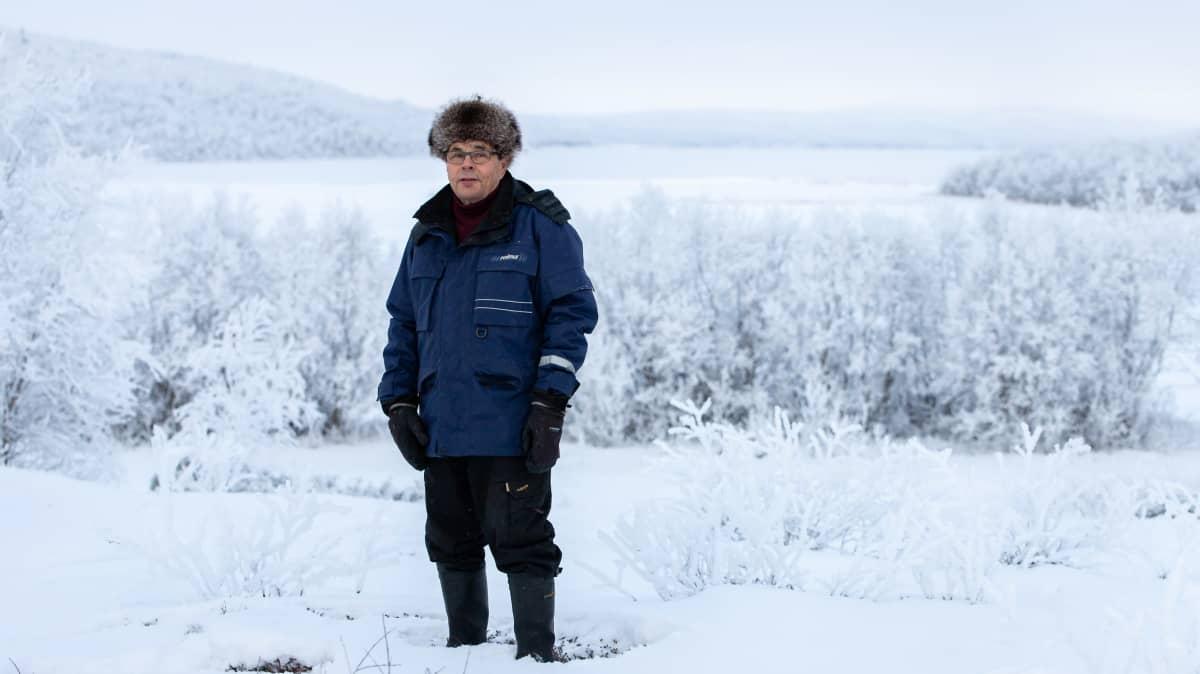 mies seisoo lumella