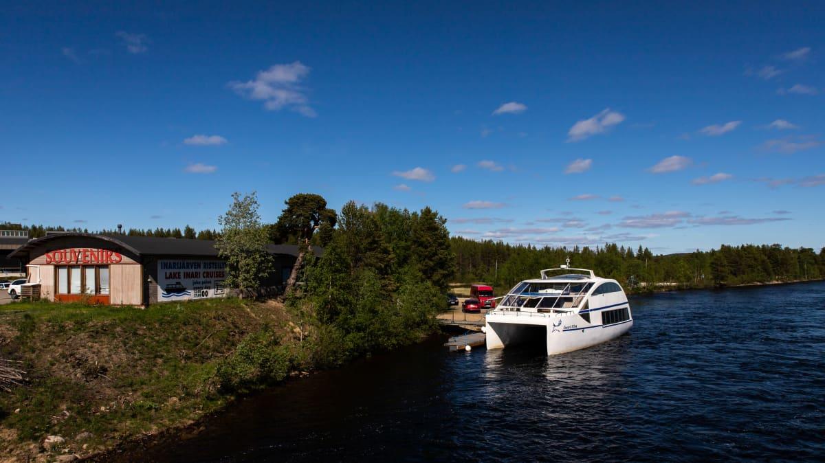 Inarin kirkonkylältä järjestetään päivittäin Inarijärvi-risteilyjä kesäisin.