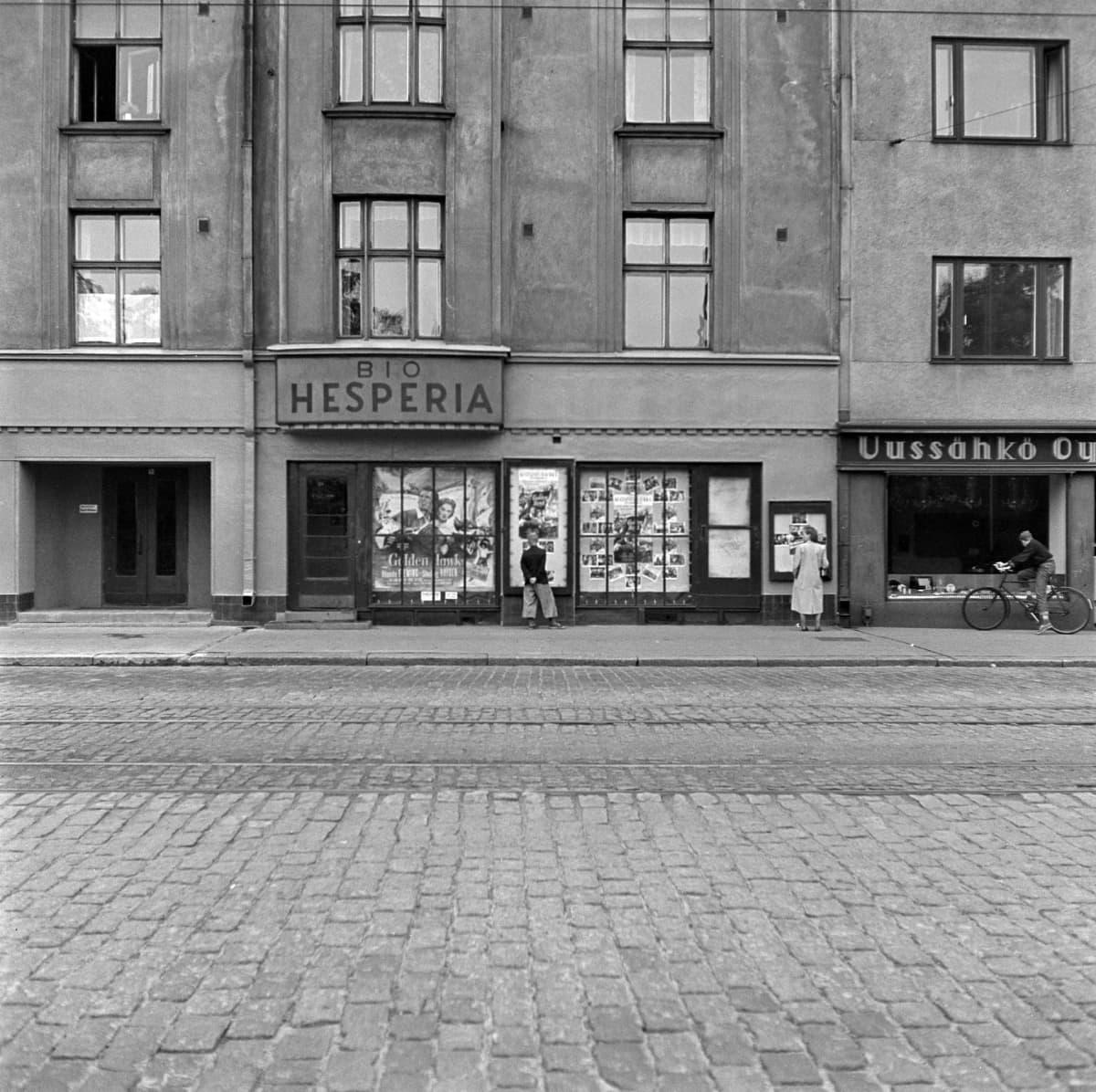 Korttelikino Bio Hesperia Helsingissä kuvattuna 1953.