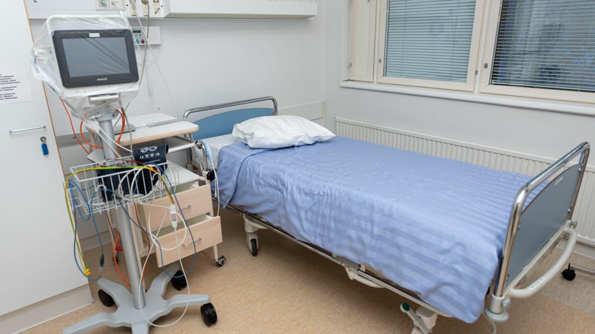 Tyhjä sairaalasänky eristyshuoneessa Ivalon terveyskeskuksessa