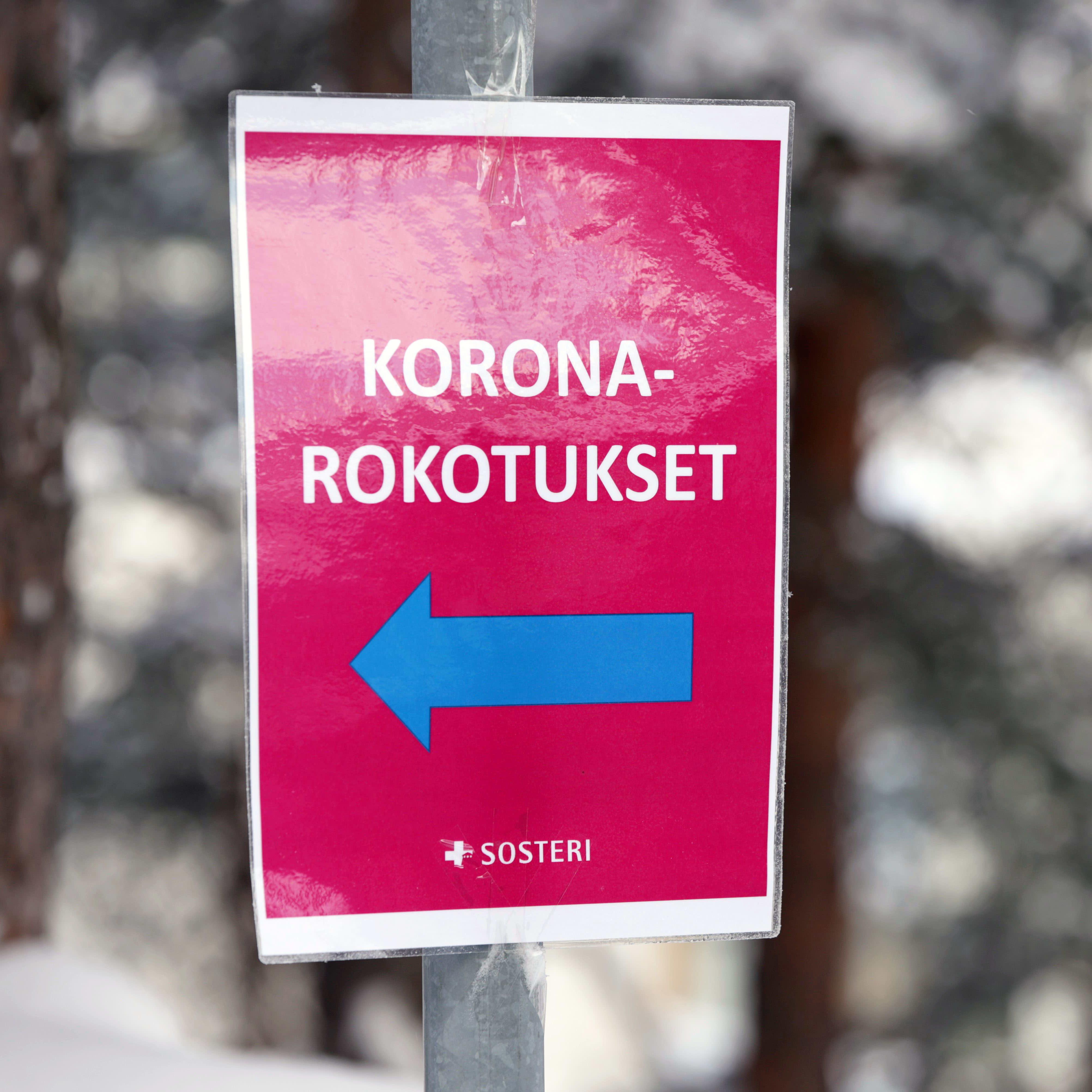 Koronarokotuksesta ilmoittava kyltti Savonlinnan pääterveysasemalla.
