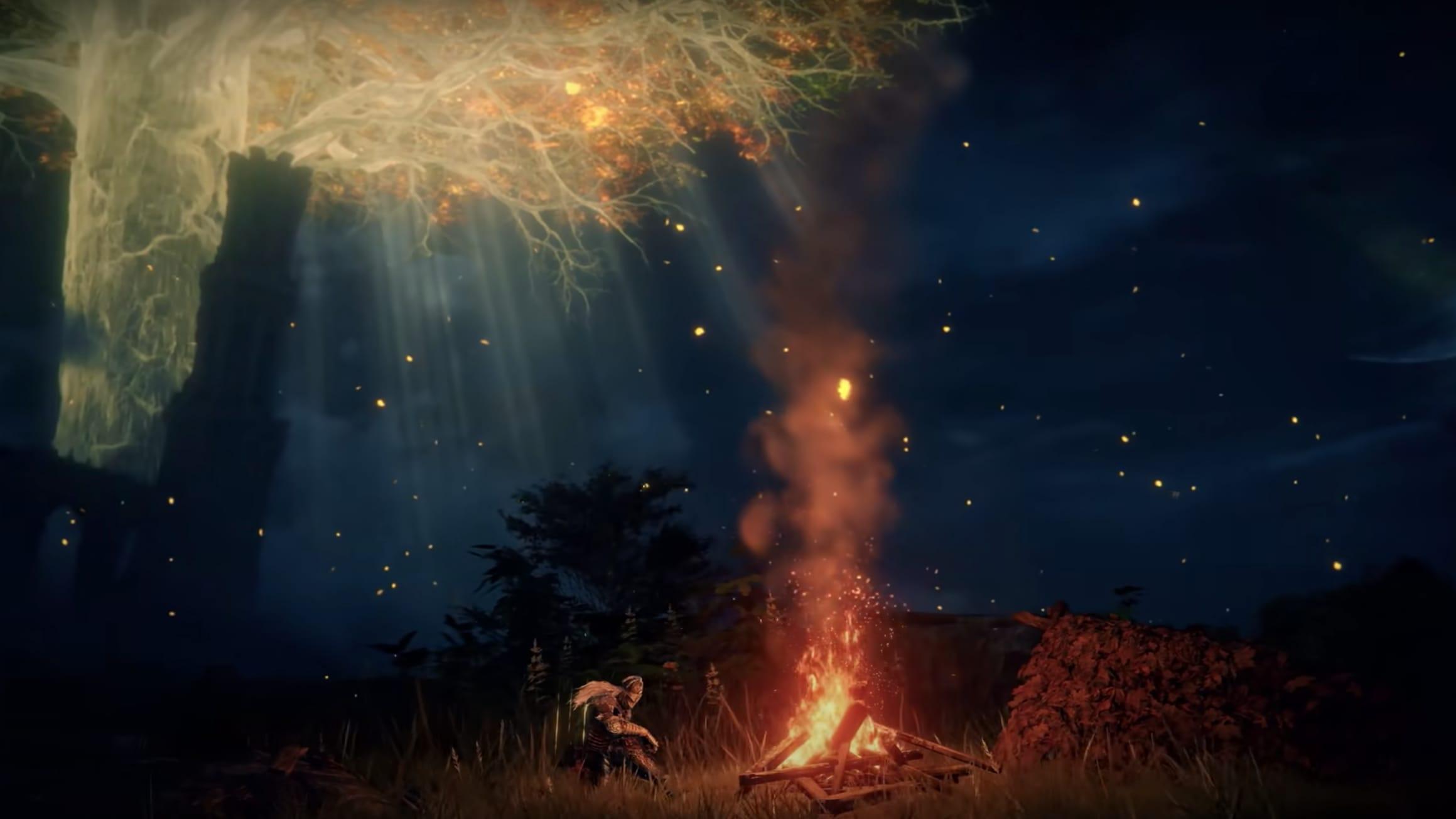 Kuvakaappaus Elden Ring -videopelin trailerista, jossa taistelija hyppää miekka kädessään kohti hirviötä.