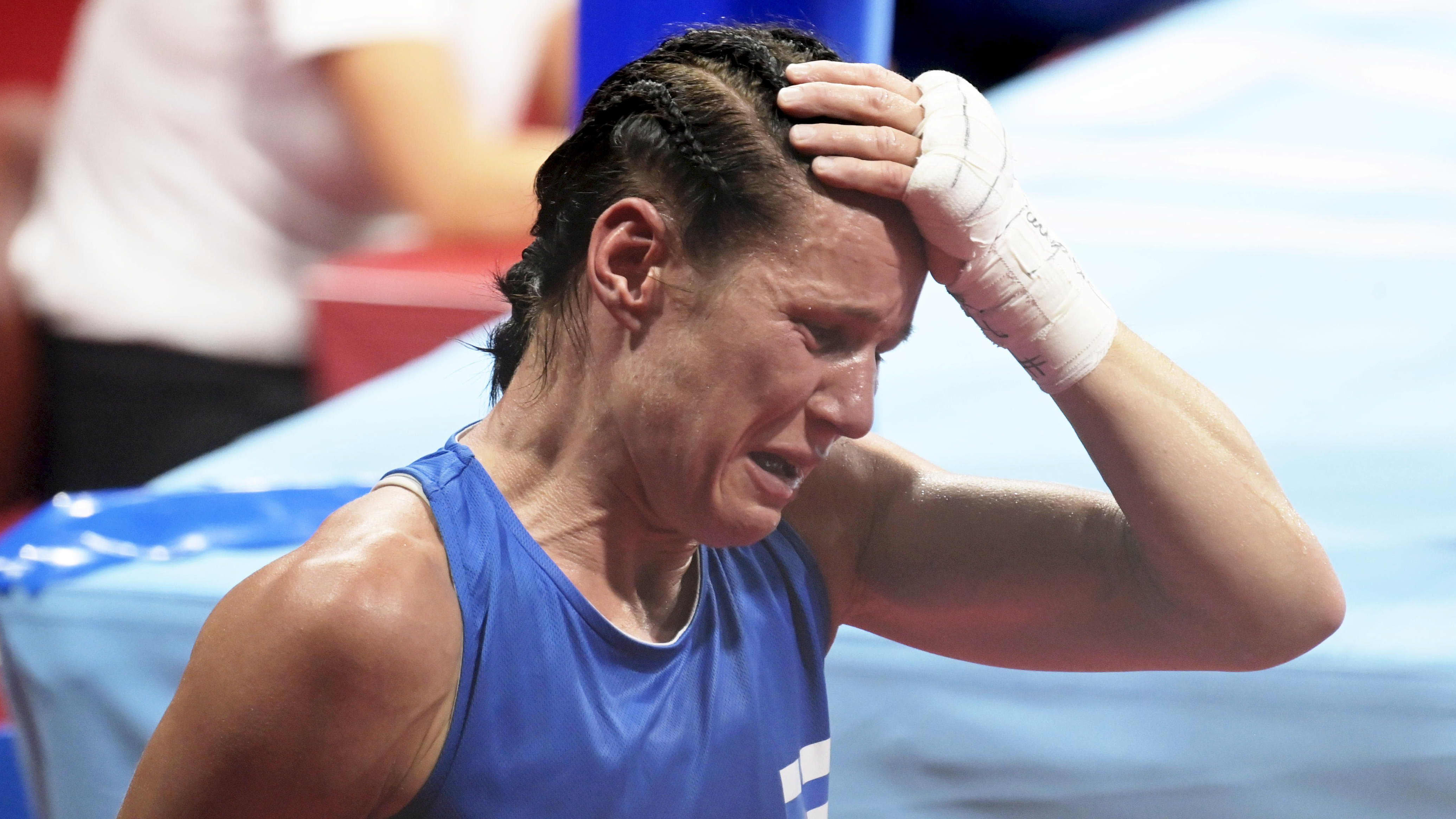 Mira Potkonen gråter.