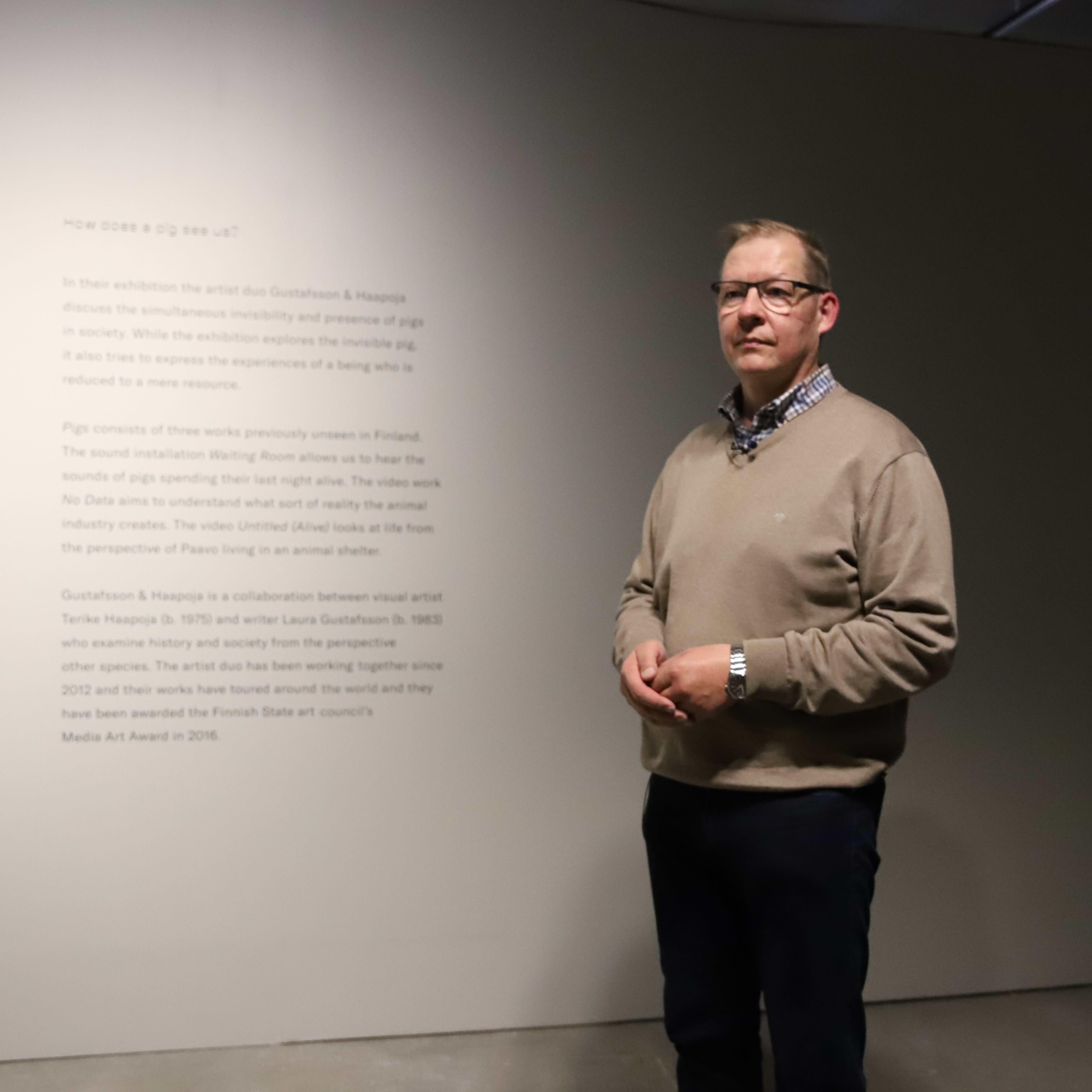 MTK Etelä-Pohjanmaan lihavaliokunnan puheenjohtaja Sami Yli-Rahnasto seisoo Siat-näyttelyssä Seinäjoen taidehallissa.
