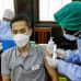 Terveydenhuollon työntekijä antaa AstraZenecan rokotteen opettajalle Jakartassa, Indonesiassa.