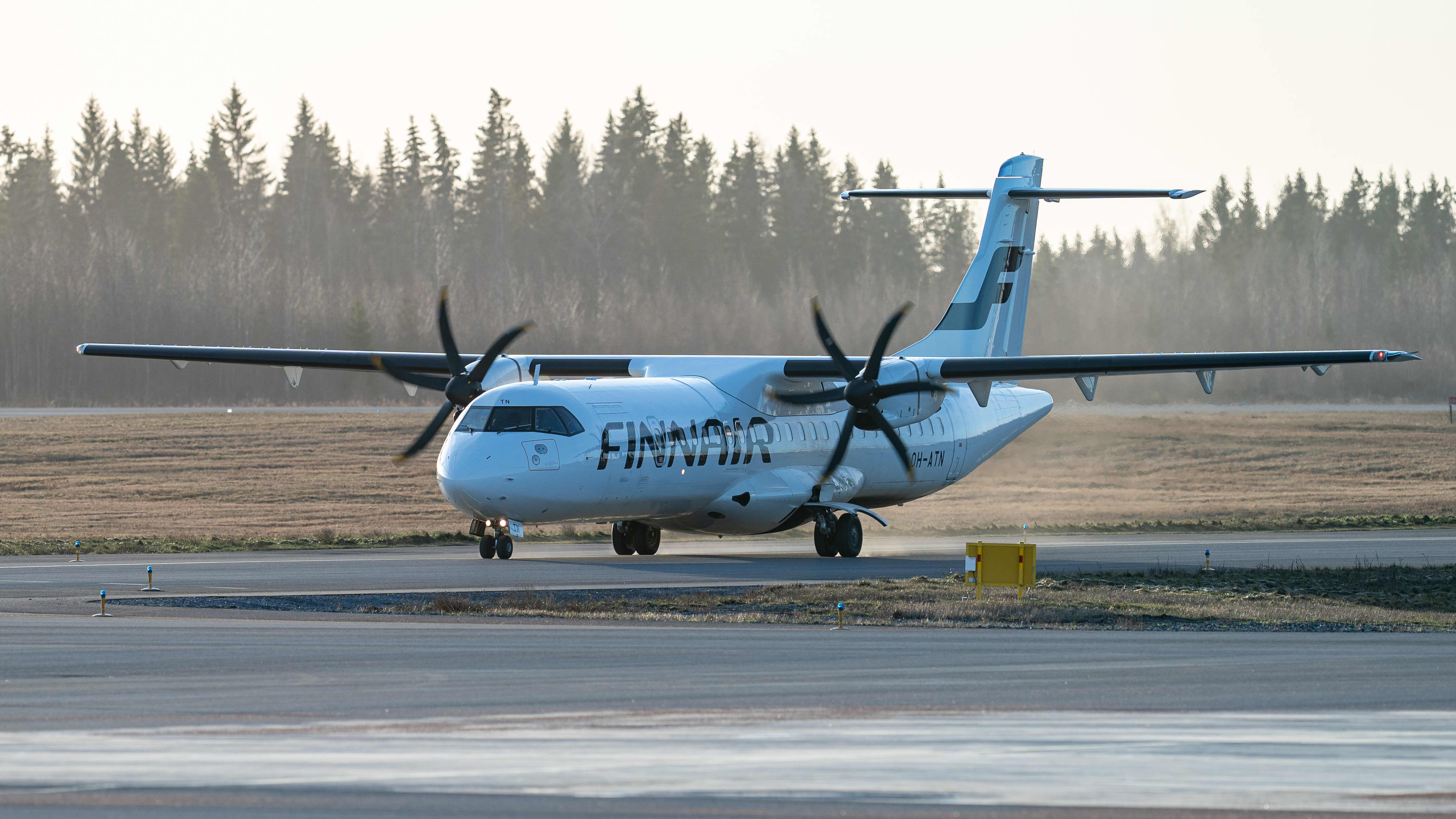 Finnairin ATR  72-500 Pirkkalan lentokentällä.
