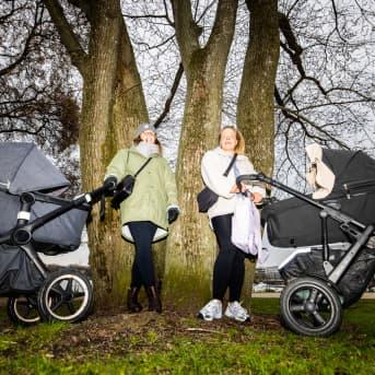Emma Högnäs ja Nina Lindén lastenkärryjen kanssa puistossa.