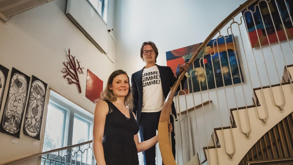 Varkauden klubin omistajat Jaakko ja Nea Ikonen kuvattuna rakennuksen sisällä portaikossa.