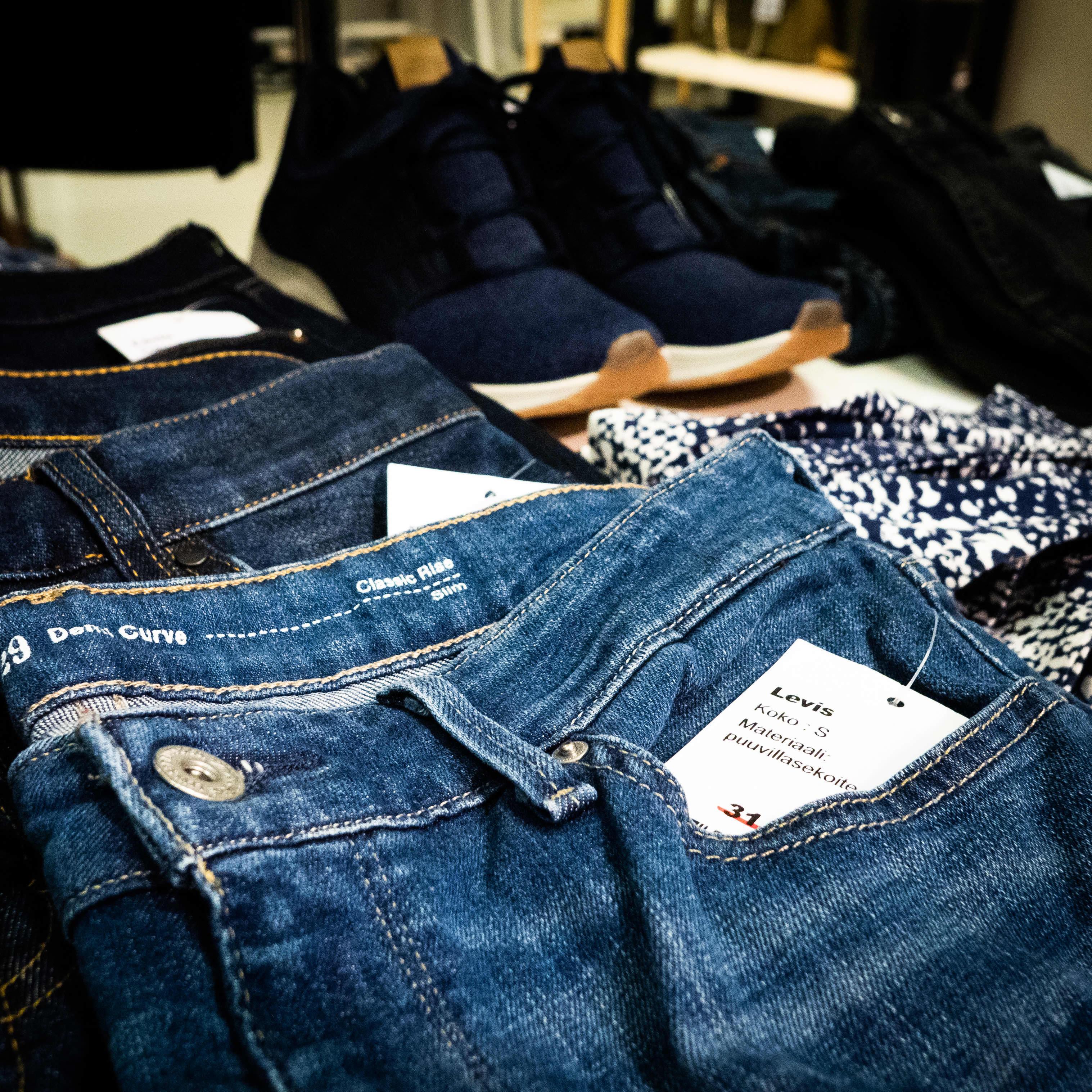 Kierrätettyjä Levis farkkuja myynnissä liikkeessä.
