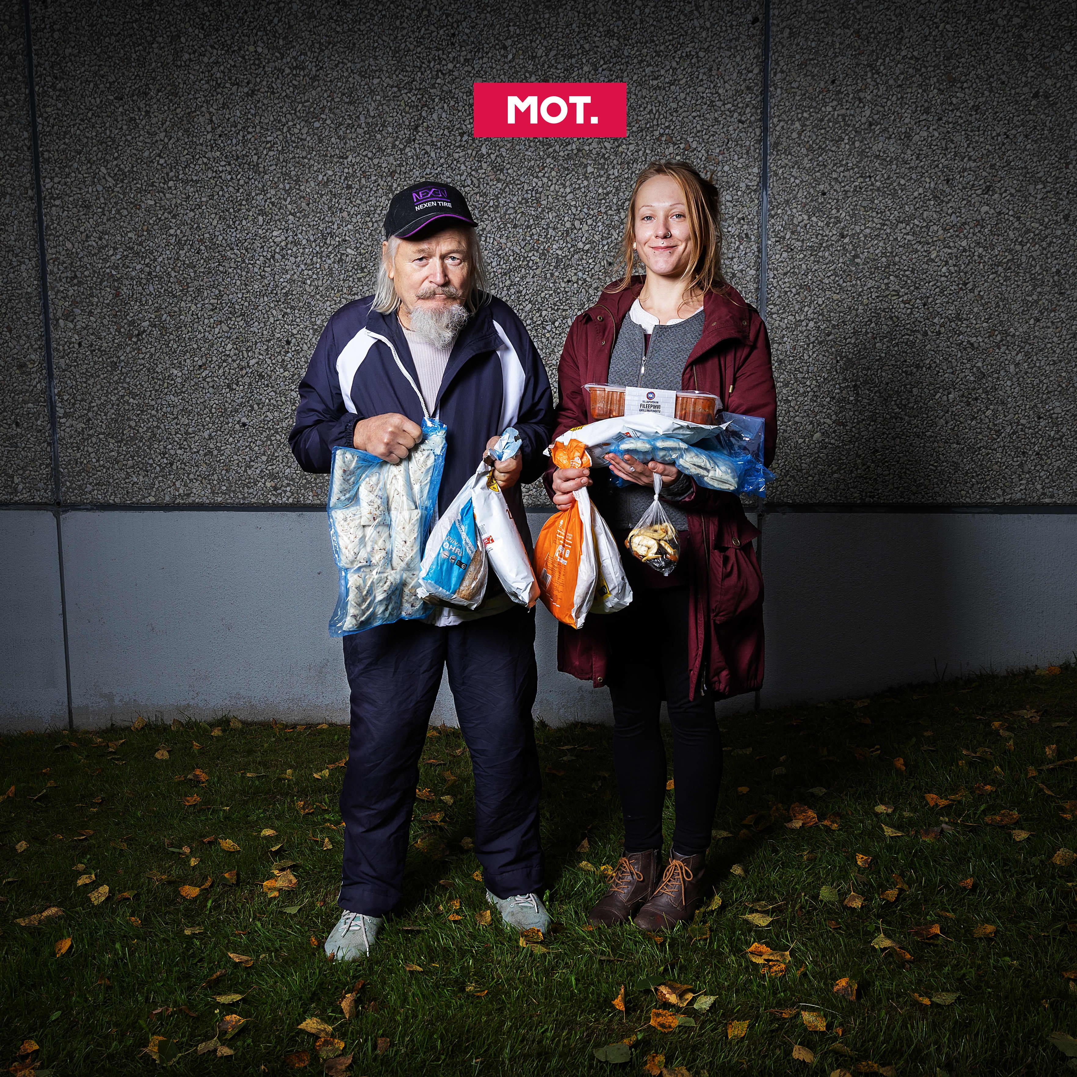 Mauri ja Meri Labbas käsissään ruokapakkauksia.