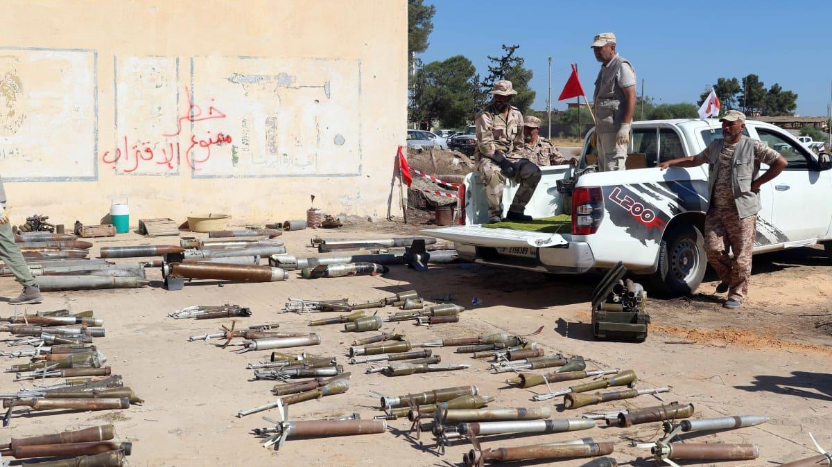 YK:n tunnustaman GNA-hallinnon joukot keräsivät miinoja ja räjähteitä Salah al-Dinin alueella Libyassa 22. heinäkuuta 2020.