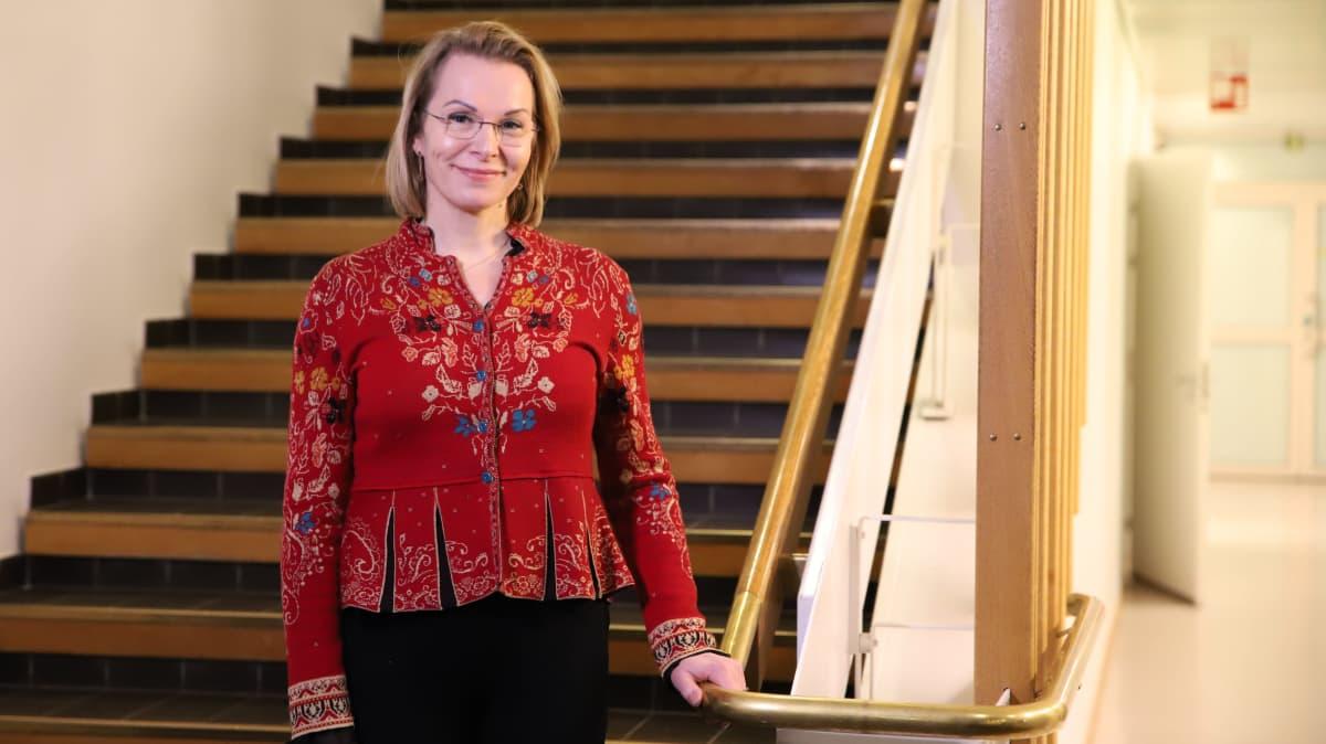 Ulla-Kirsikka Vainio portaissa