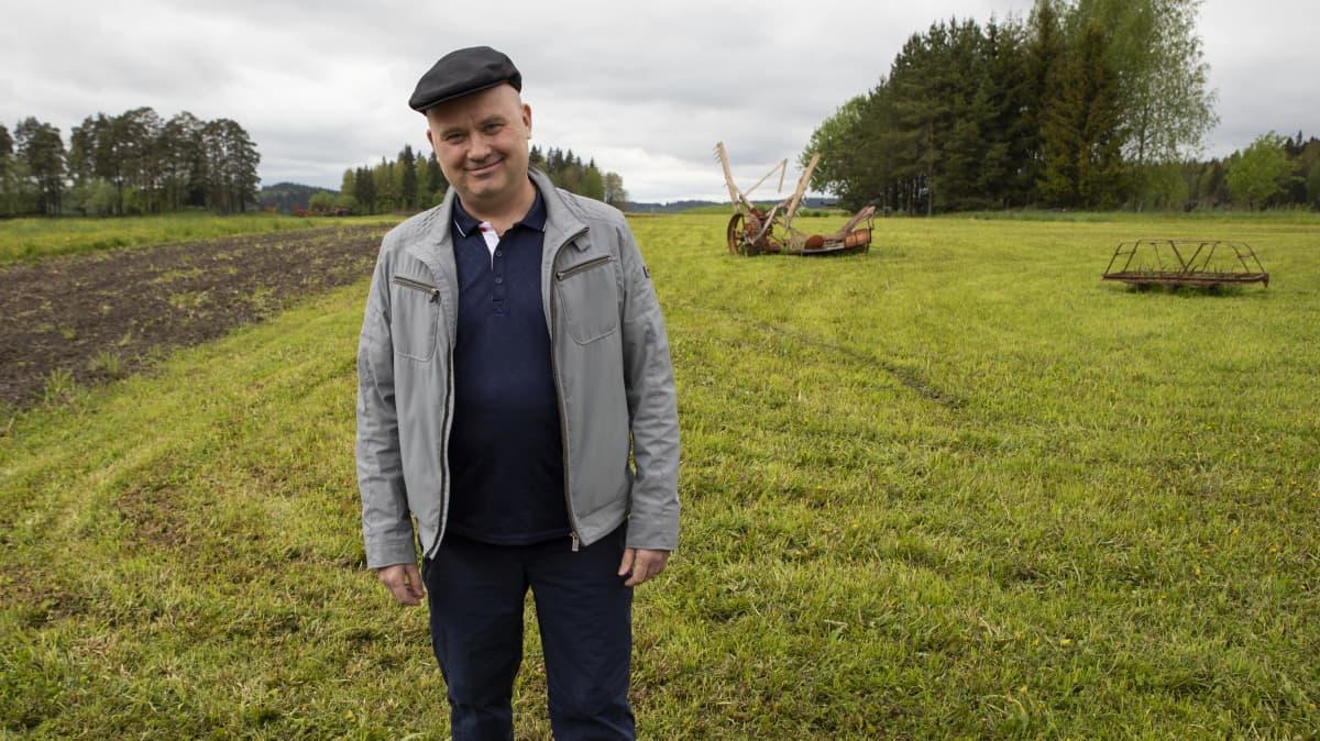 Tutkimusprofessori Juha Kantanen Jokioisten Elonkierron kesäpelloilla.