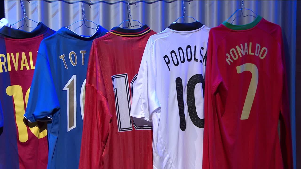 Bergkamp, Maradona, Bebeto, Ronaldo... Jari Litmanen esittelee paitakokoelmaansa