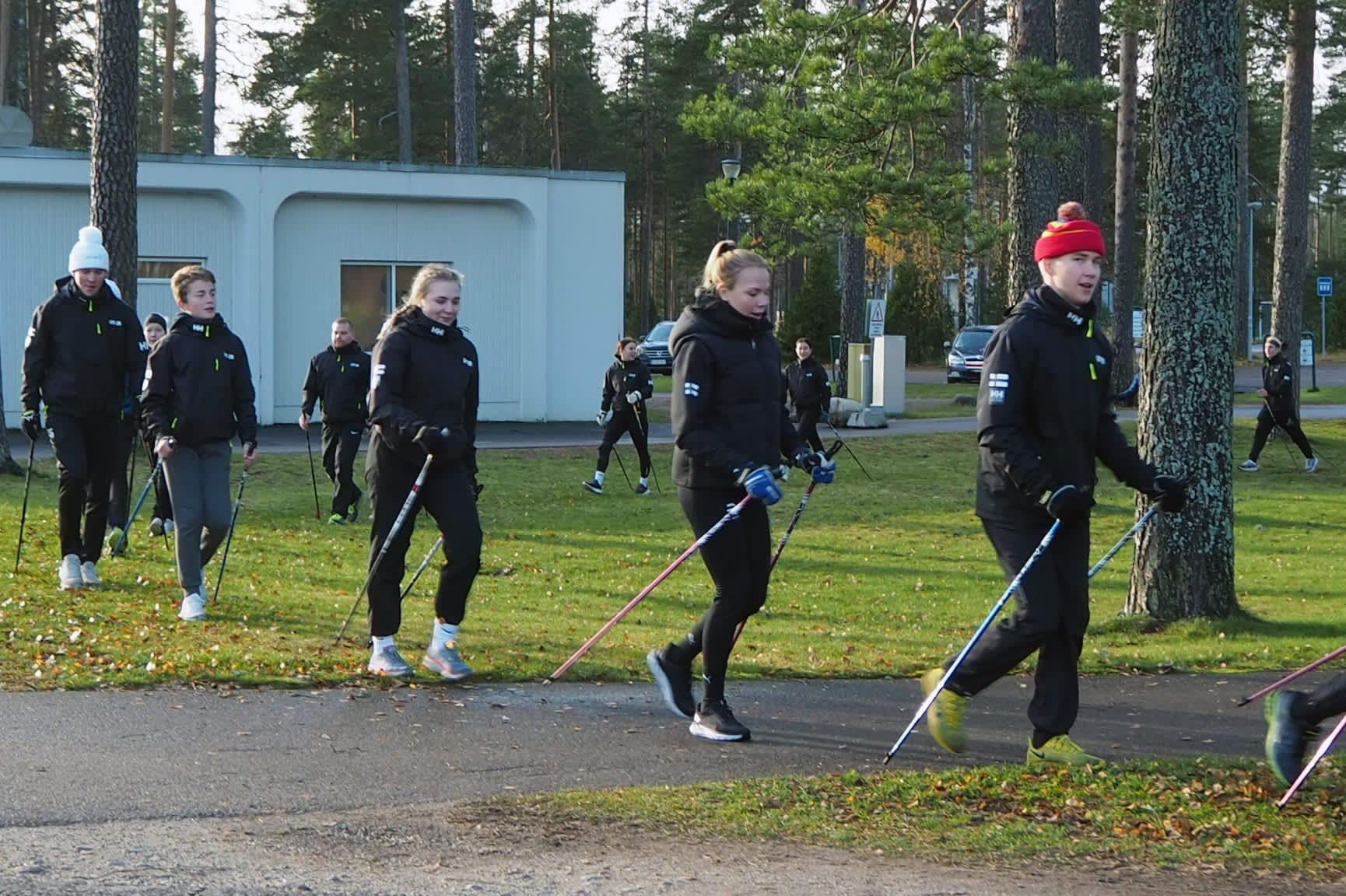 Korona-aika sai suomalaiset jälleen innostumaan sauvakävelystä: ota tästä vinkit hyvään tekniikkaan