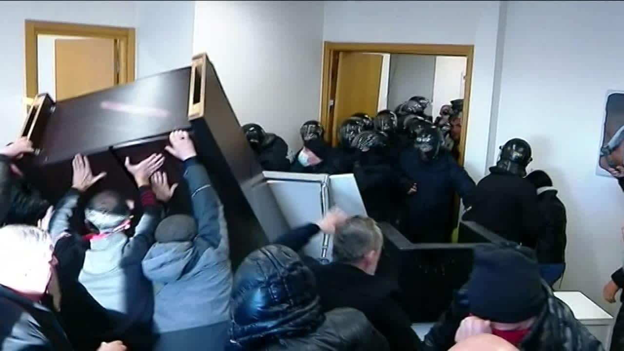 Poliisi haki voimalla Georgian oppositiojohtajan