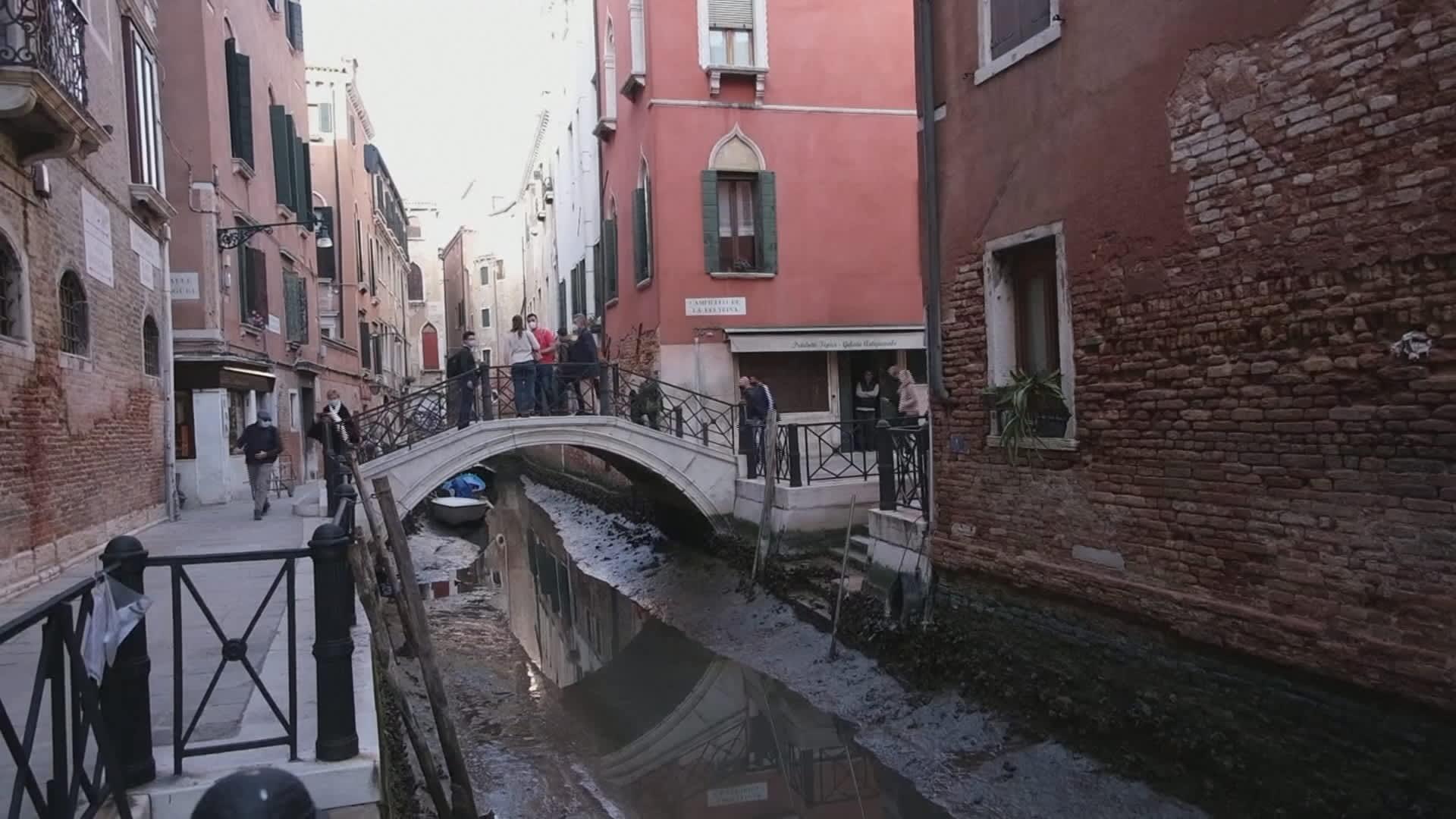 Venetsiassa voimakas laskuvesi tyhjensi kanaaleja