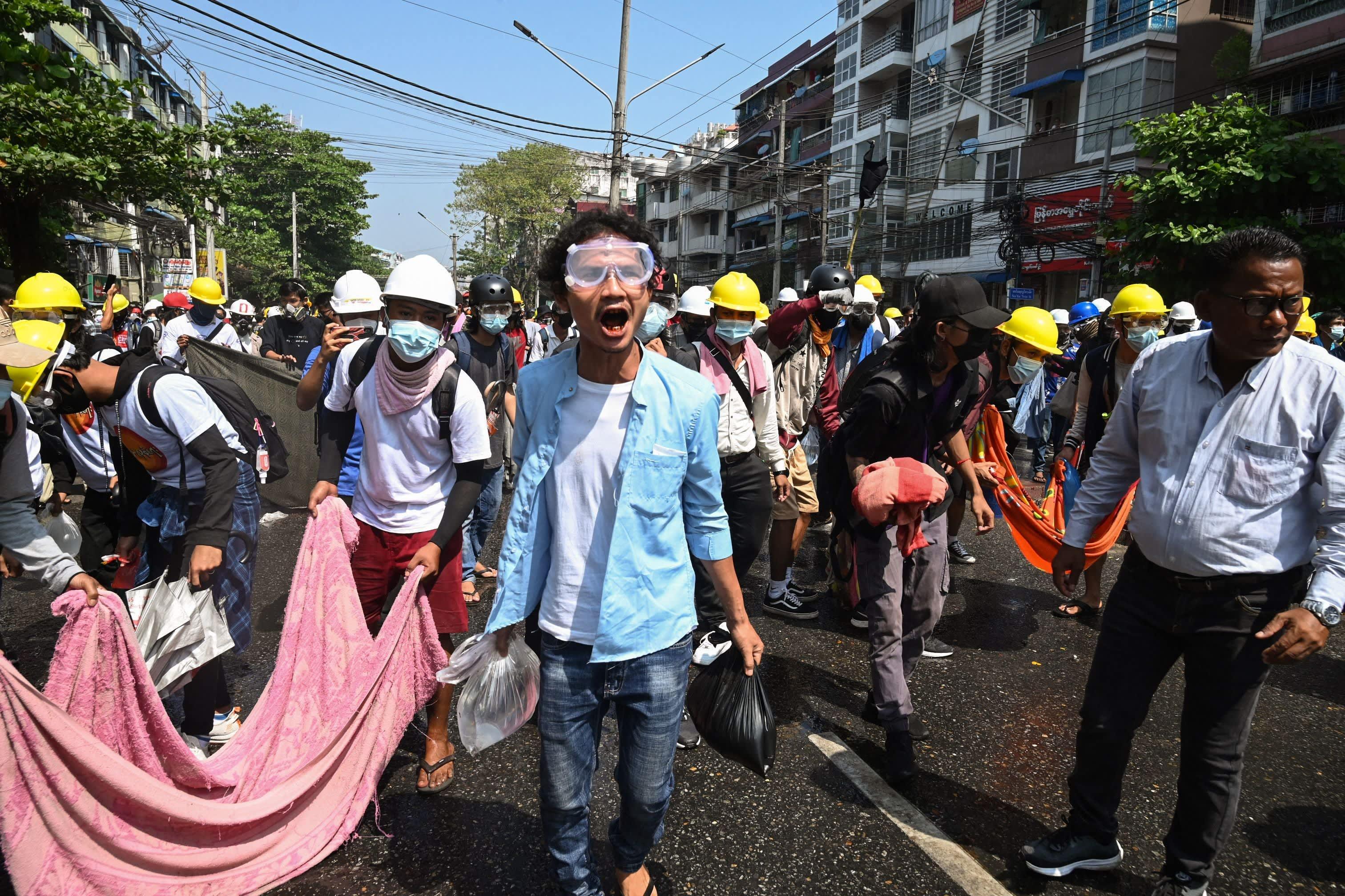 Levottomuuksia Yangonissa, Myanmarissa maanantaina.