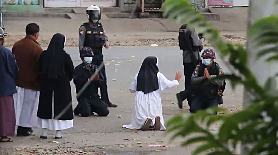 Sisar Ann Rose Nu Tawng polvistui raskaasti aseistettujen poliisien edessä
