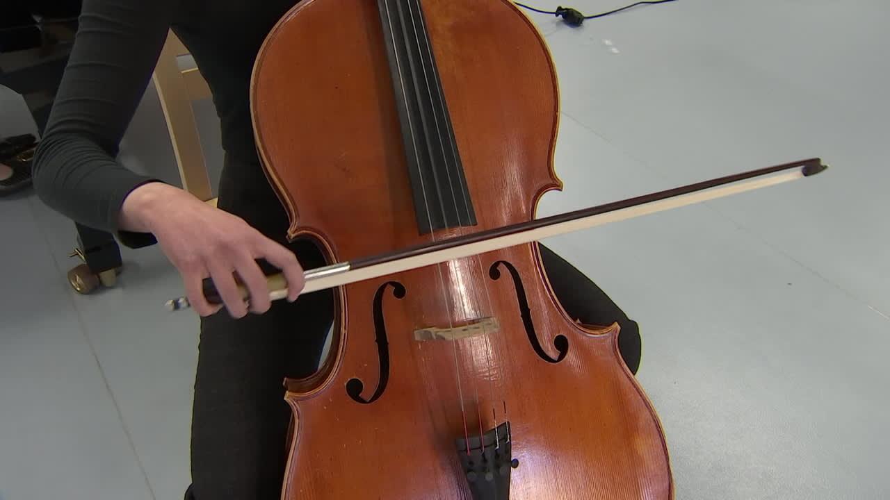 Saima Malmivaara opiskelee Tuomas Ylisen johdolla Selloakatemiassa Johannes Brahmsin sellosonaattia nro 1 e-molli.
