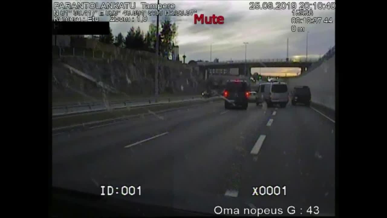 Poliisi ajaa takaa ampujia ja yrittää kiilata heidät Tampereella