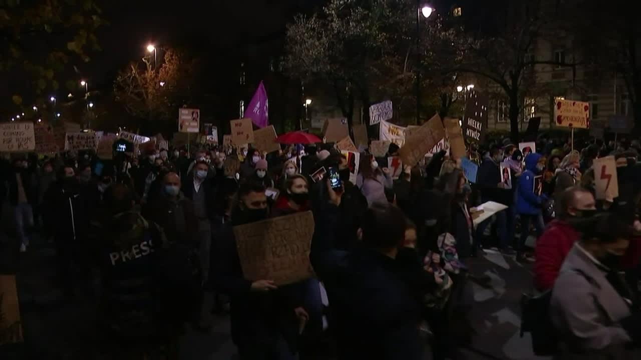 Varsovassa mielenosoittajat kokoontuivat jälleen protestoimaan uutta aborttilakia