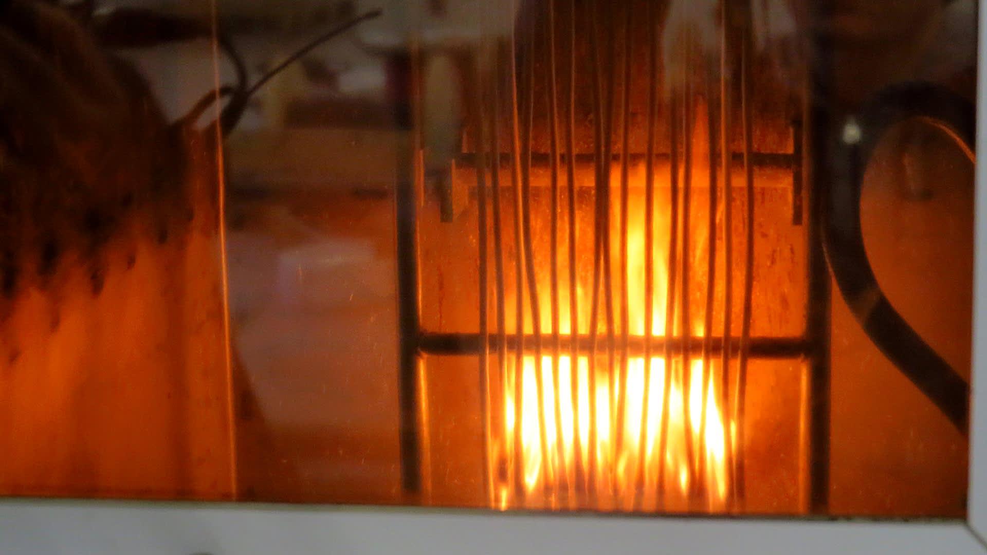 Palavia sähkökaapeleita pystyasennossa testausolosuhteissa