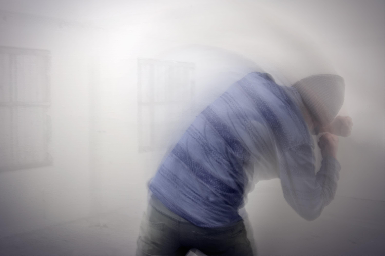 Kuvassa mies varjonyrkkeilee itsensä kanssa.