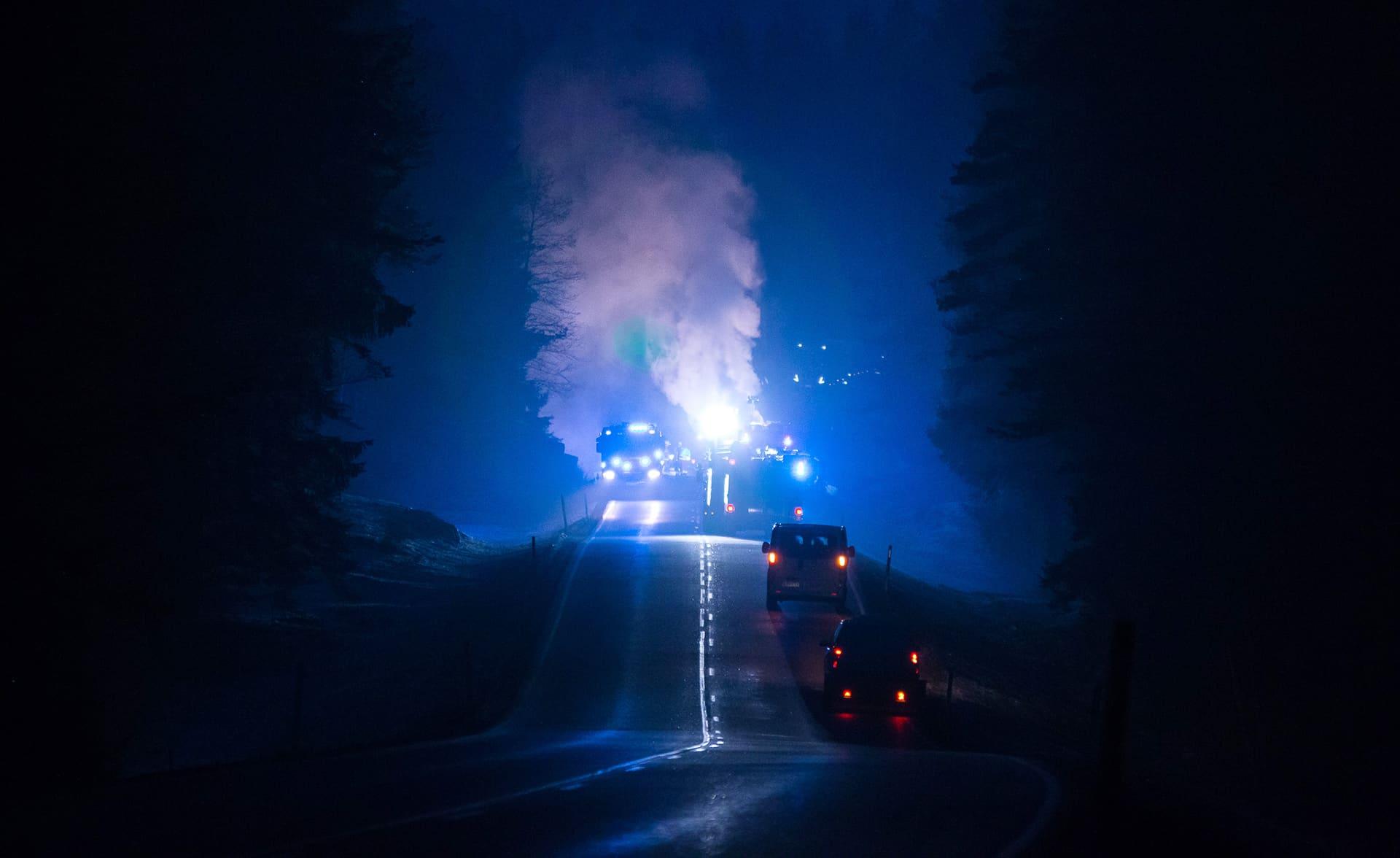 Ambulansseja ja valoja pimeällä tiellä.