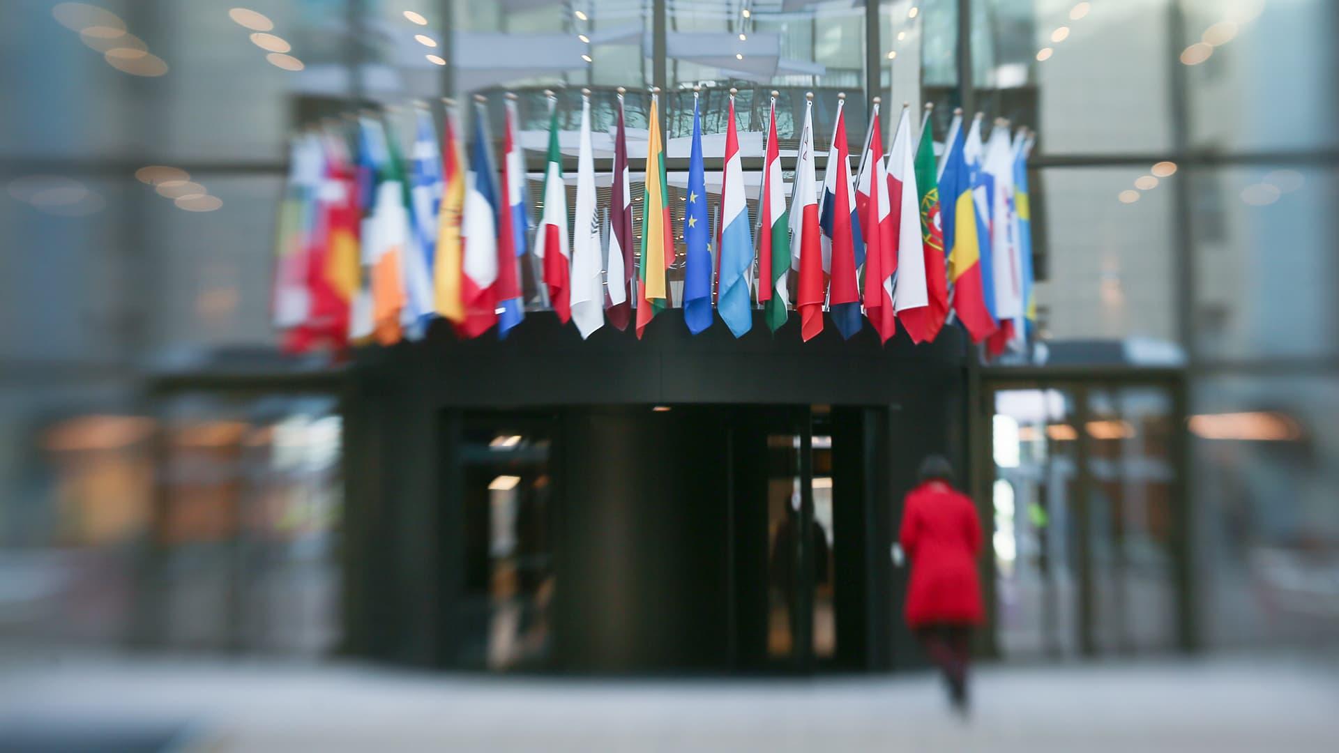 EU -maiden lippuja parlamentin sisäänkäynnissä.
