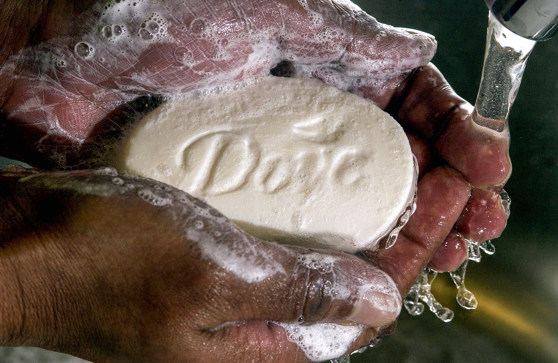 saippuaa vaahdotetaan käsissä