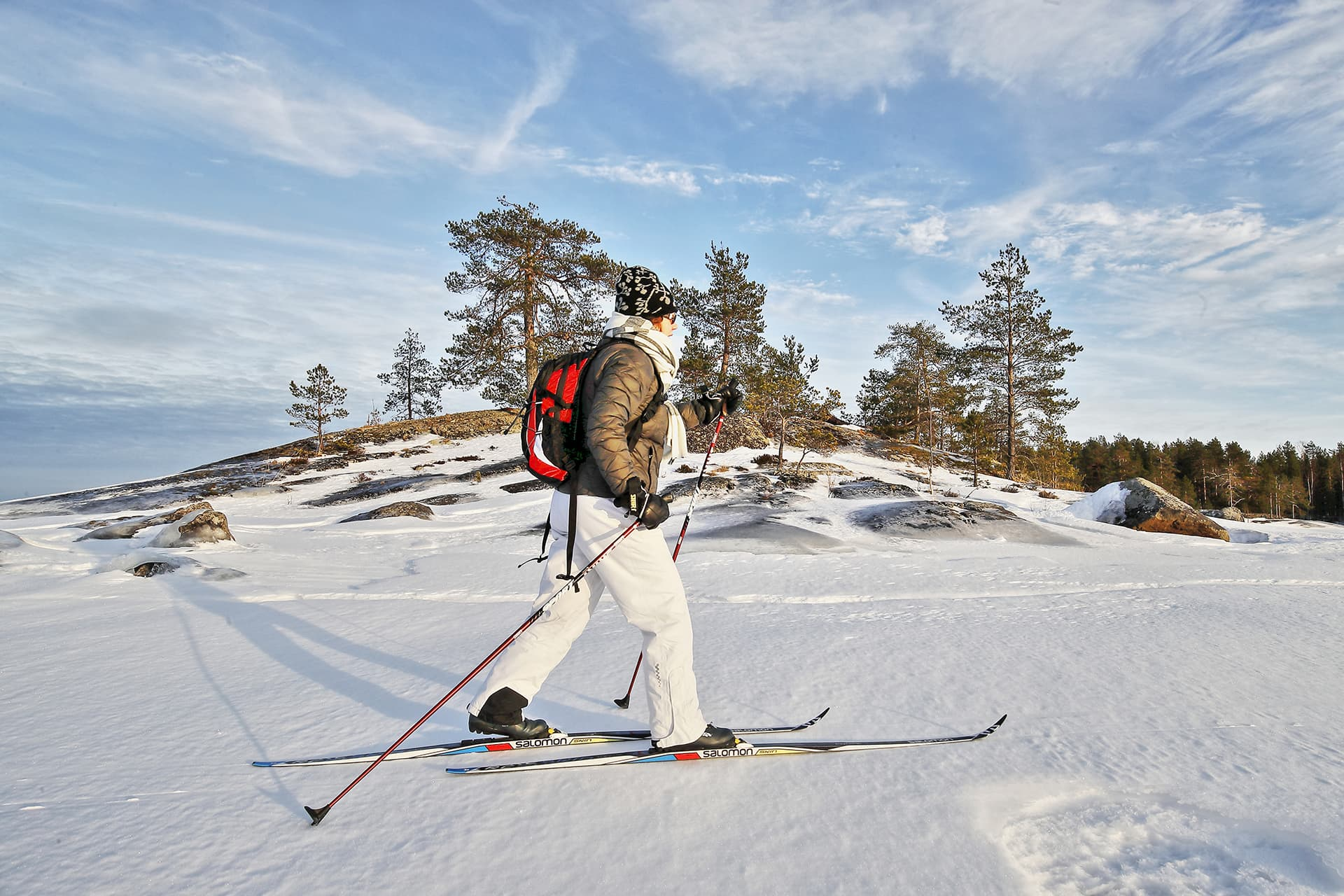 Nainen hiihtää Pielisellä.