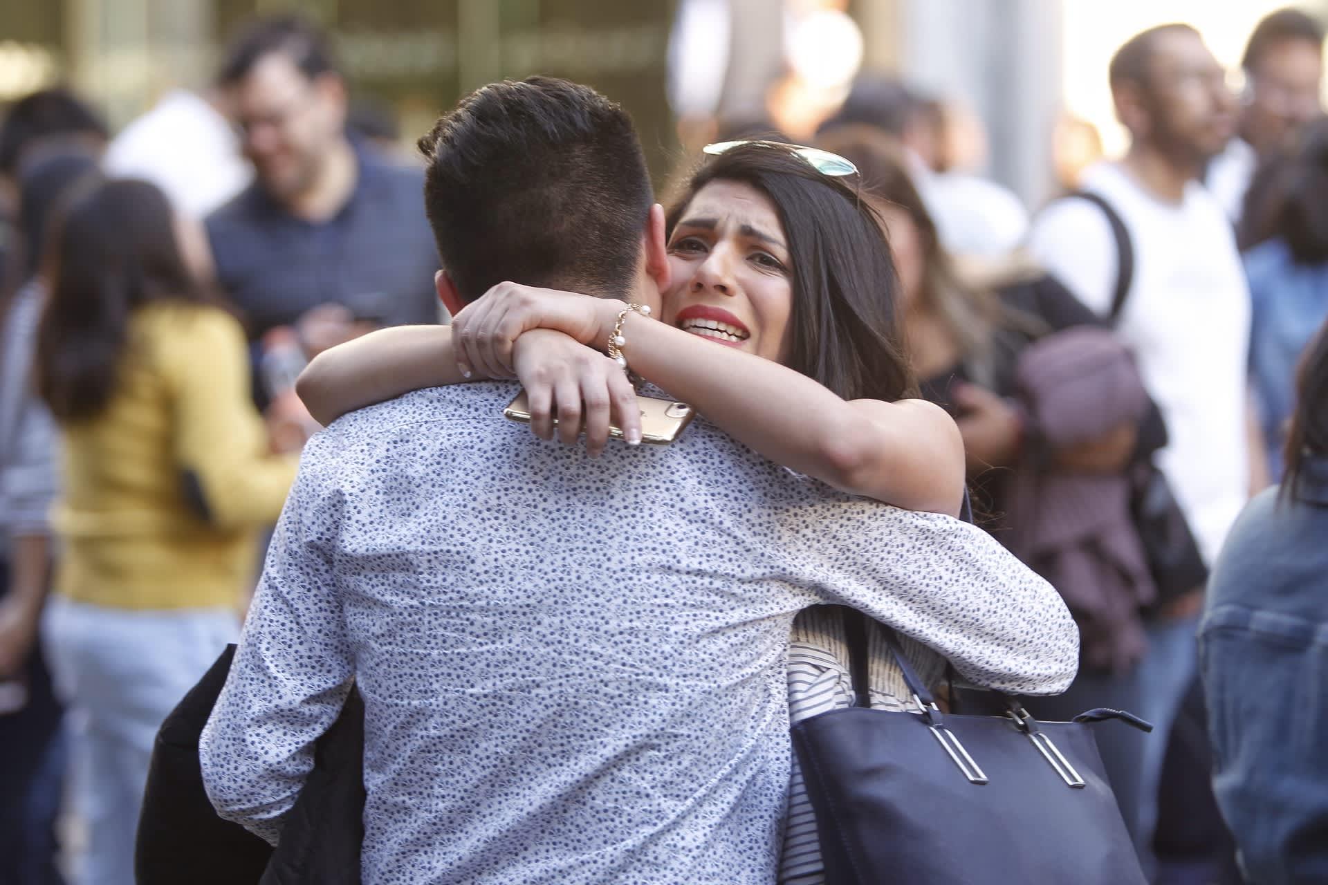 Nainen ja mies halaavat maanjäristyksen jälkeen toisiaan. Naisen ilme on hätääntynyt.