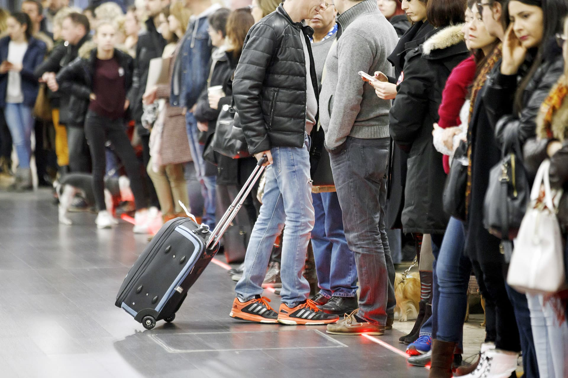 Matkustajat jonottavat lentoasemalla.