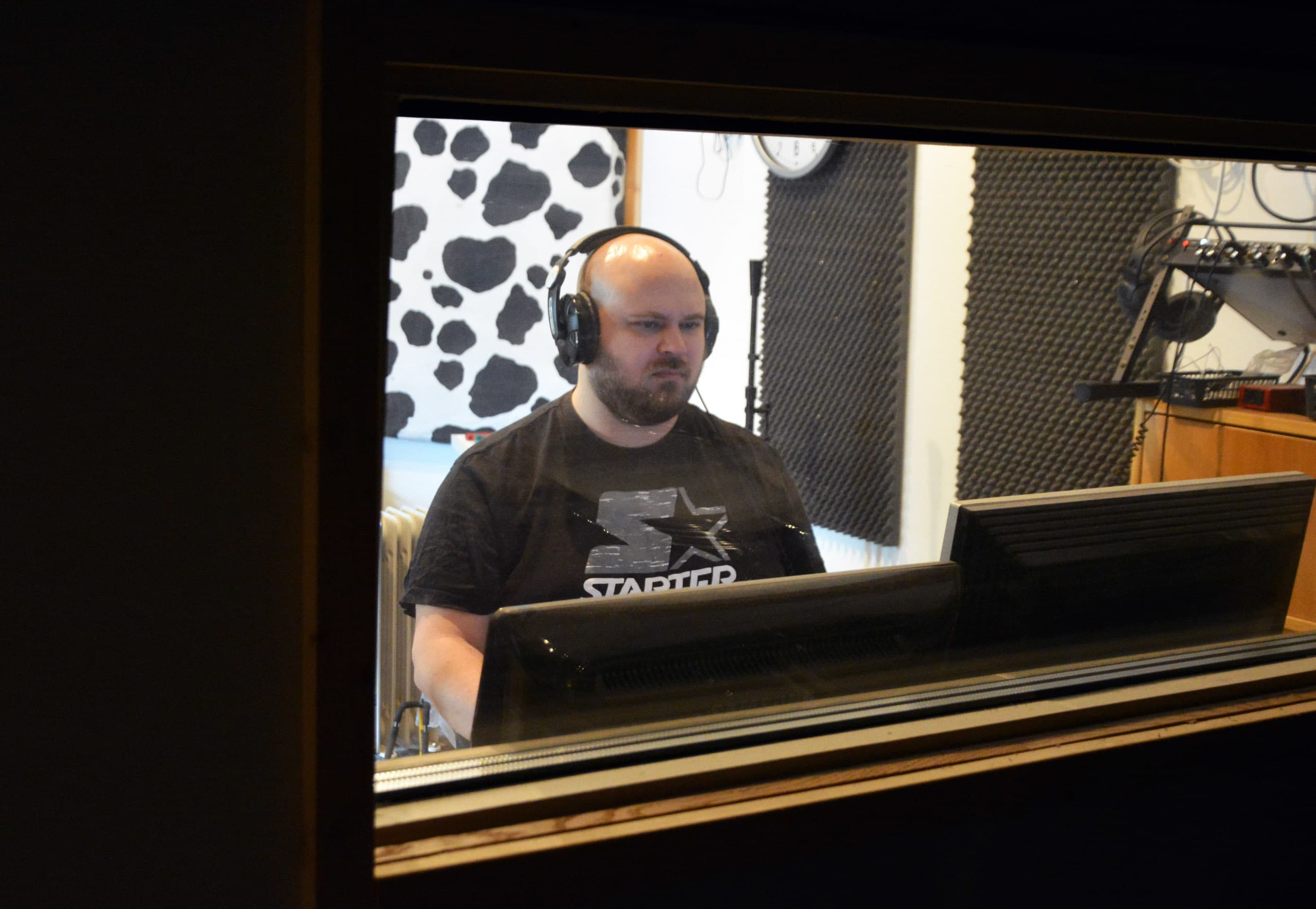 Petri Nakkila istumassa äänitysstudiossaan.