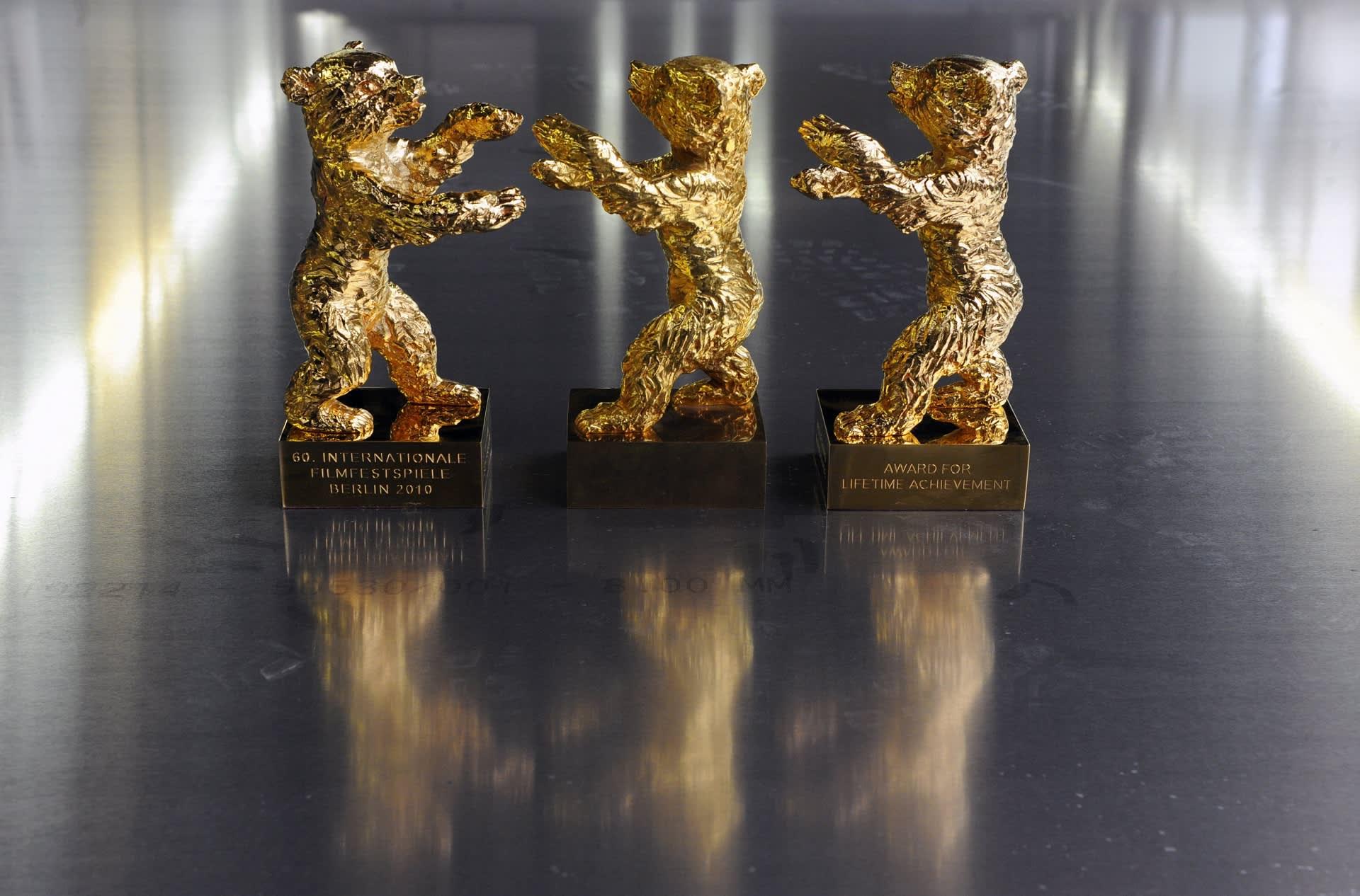 Kultainen karhu -palkintopokaaleja